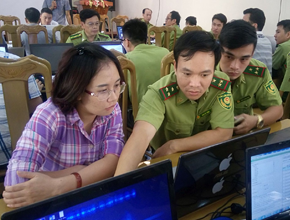 VNFOREST experts working on computers during FORMIS II project